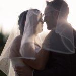 couple mariage voile coucher de soleil