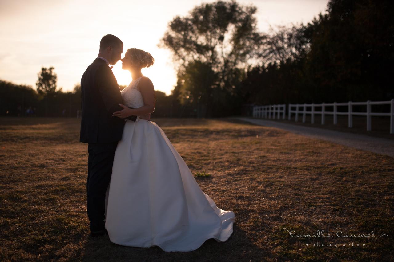 mariés coucher du soleil