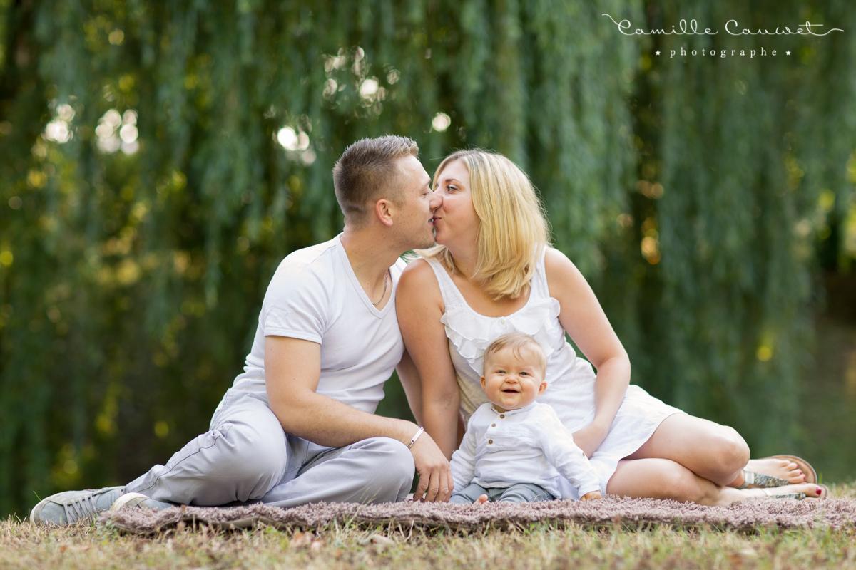 photo famille bébé bisou
