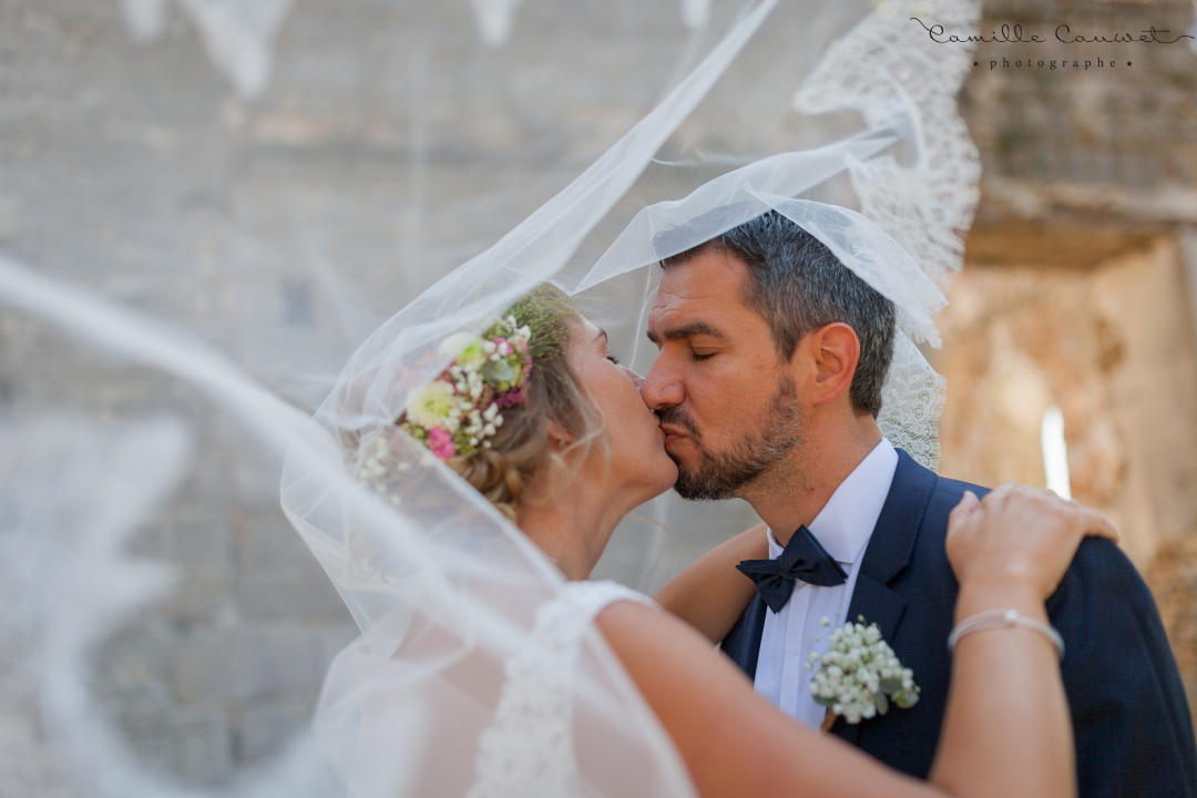 bisou mariés voile