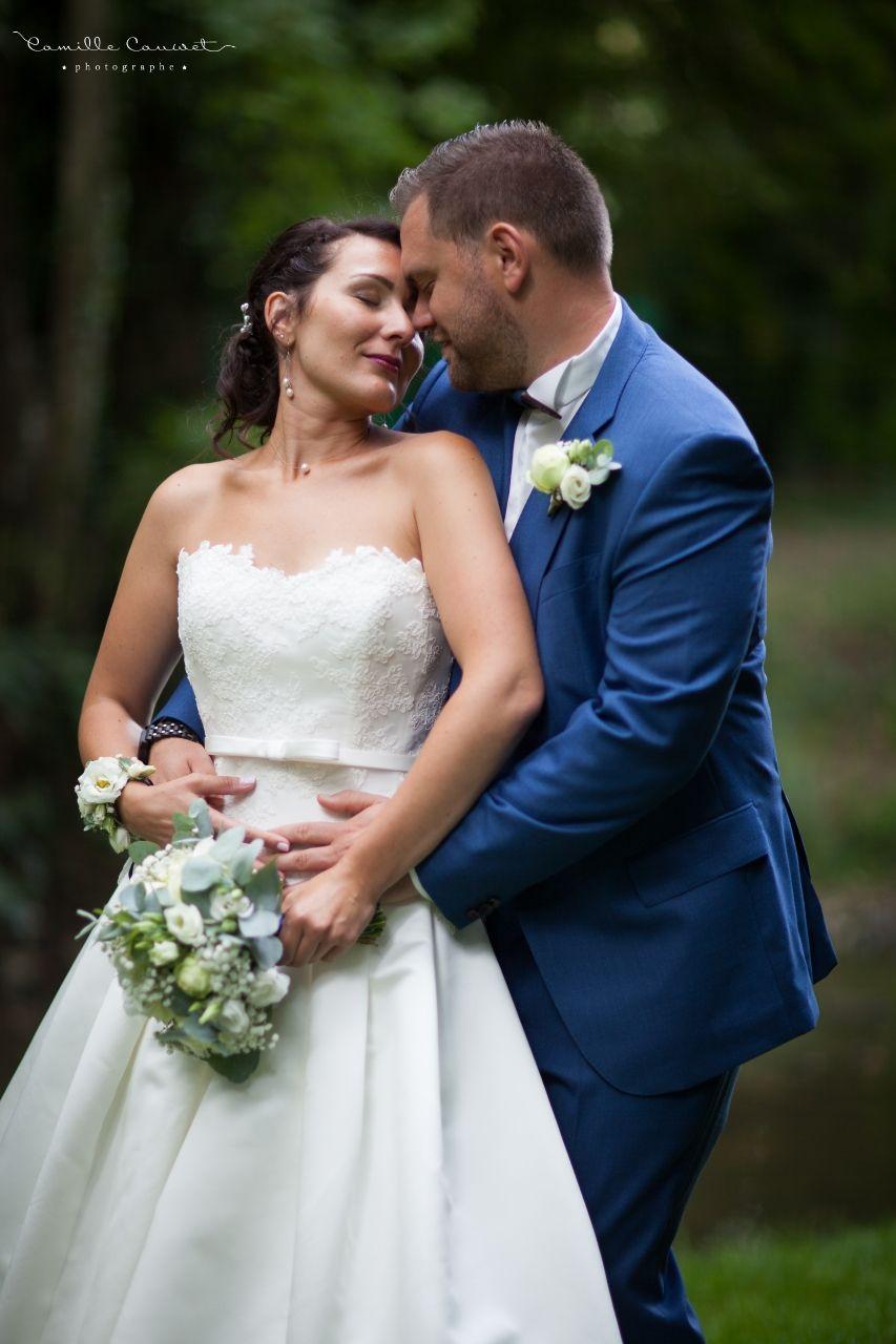 couple de mariée avec bouquet