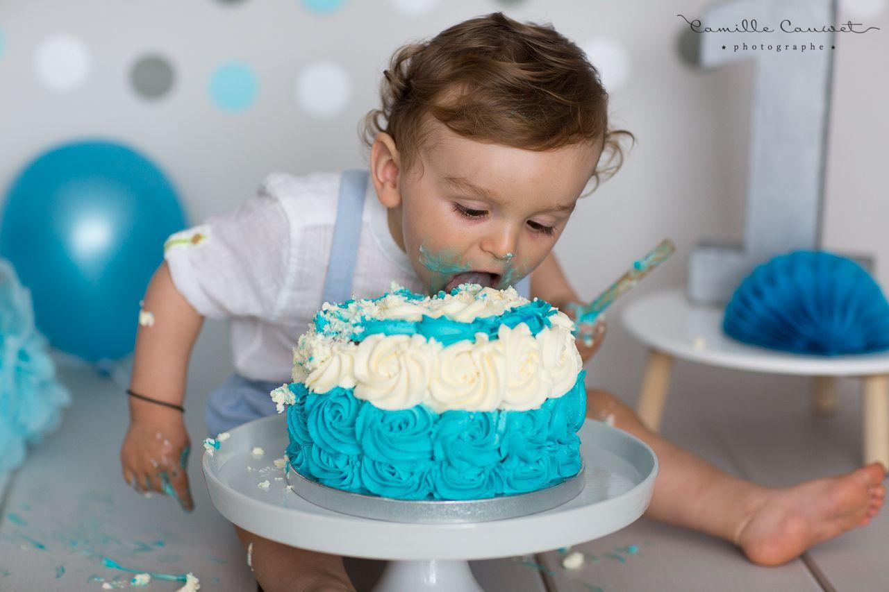 enfant mange gateau d'anniversaire