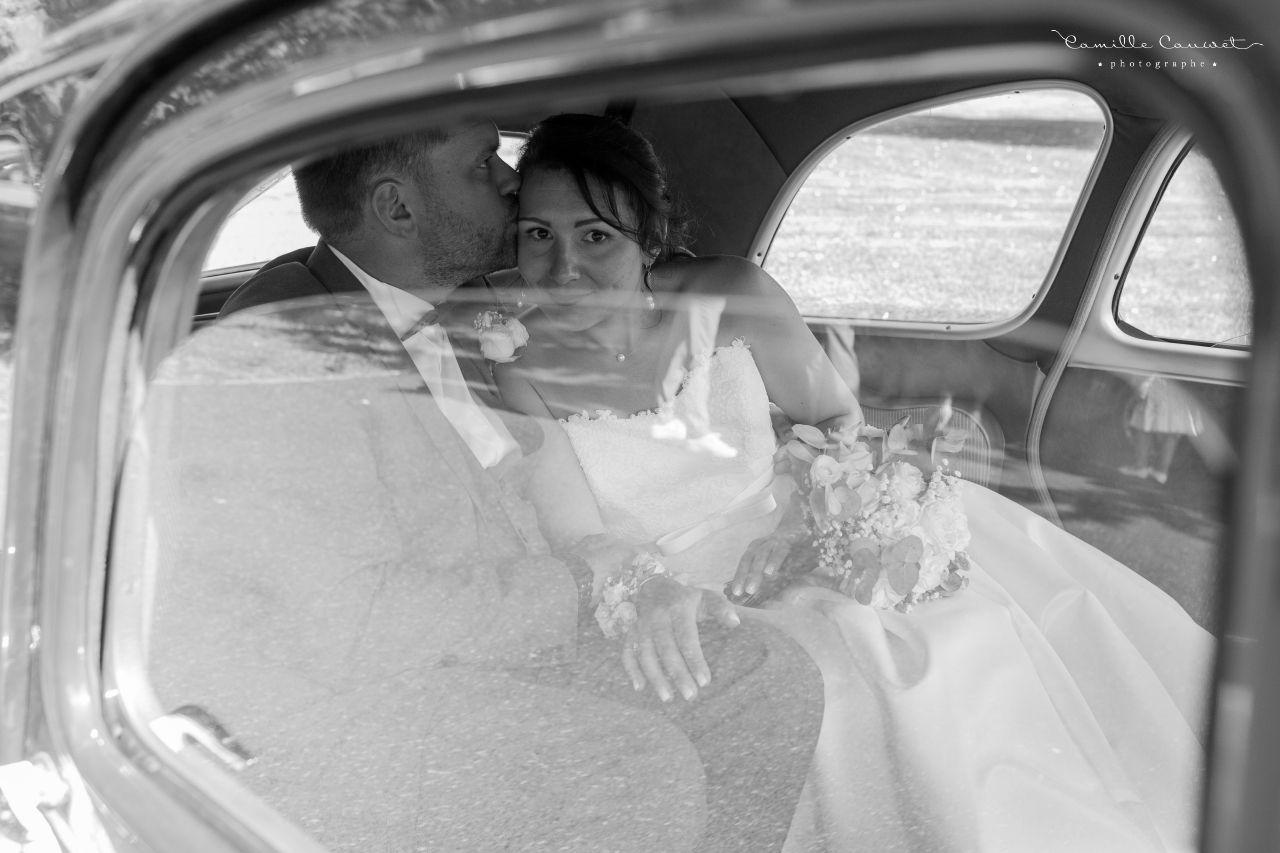 couple mariés ancienne voiture