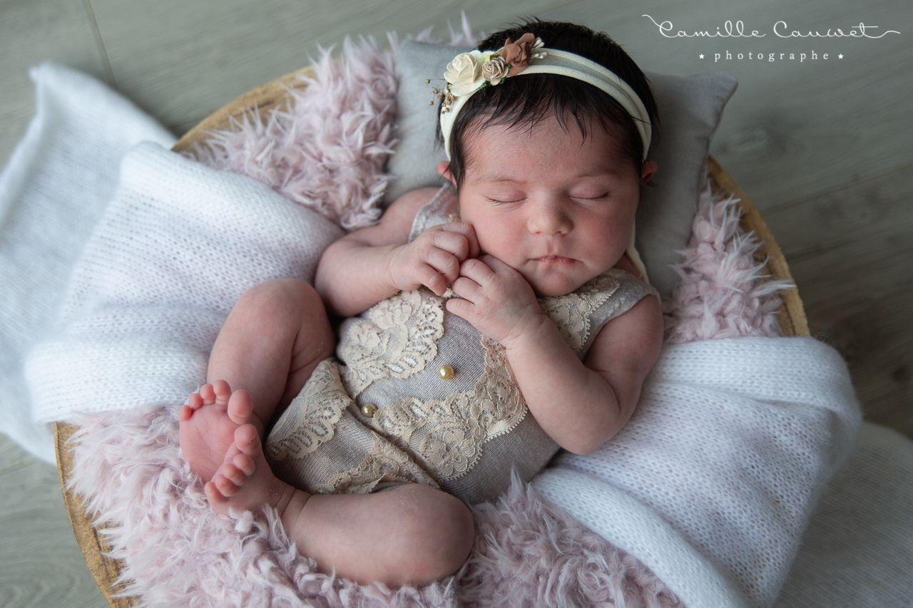 bebe fille dans panier