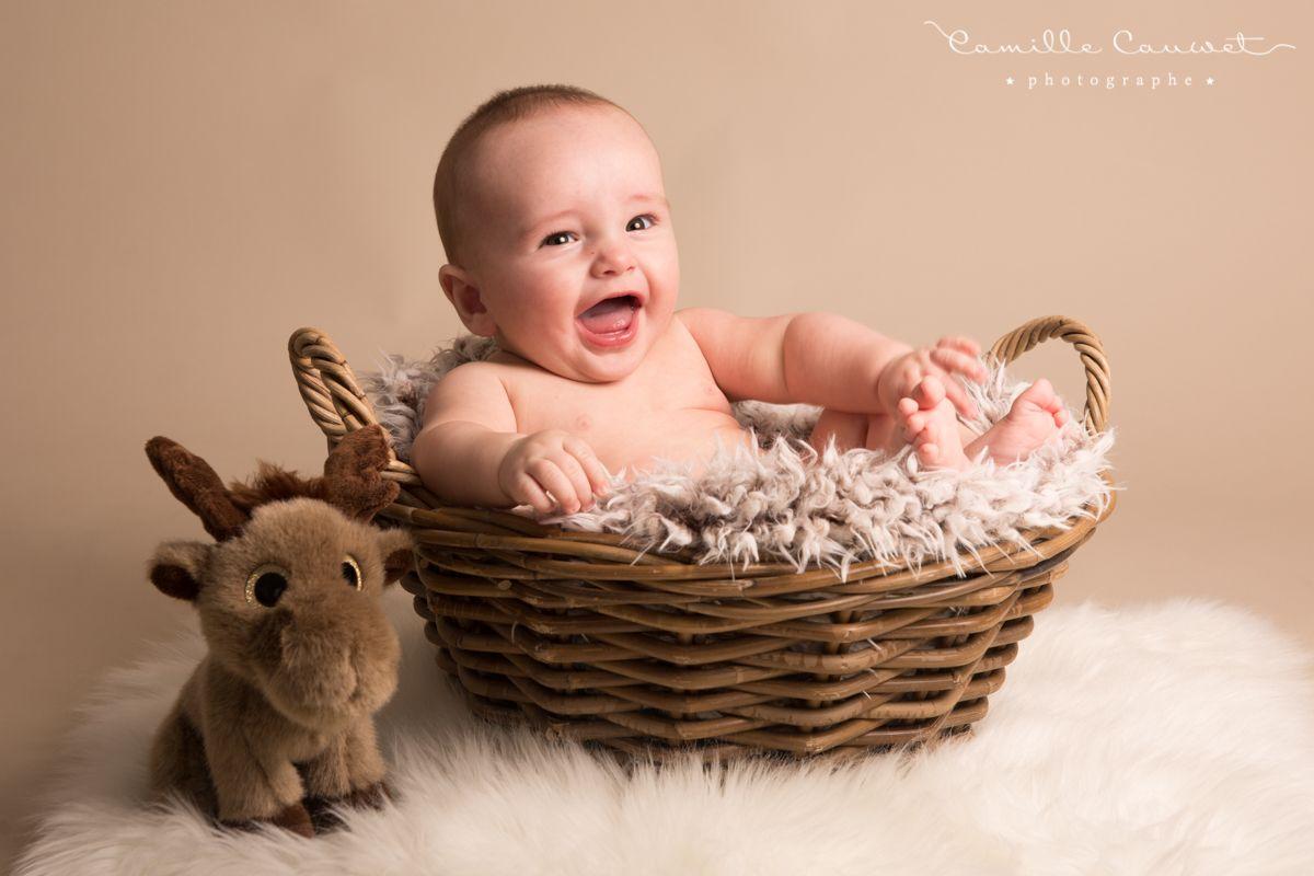 portrait bebe dans panier avec peluche