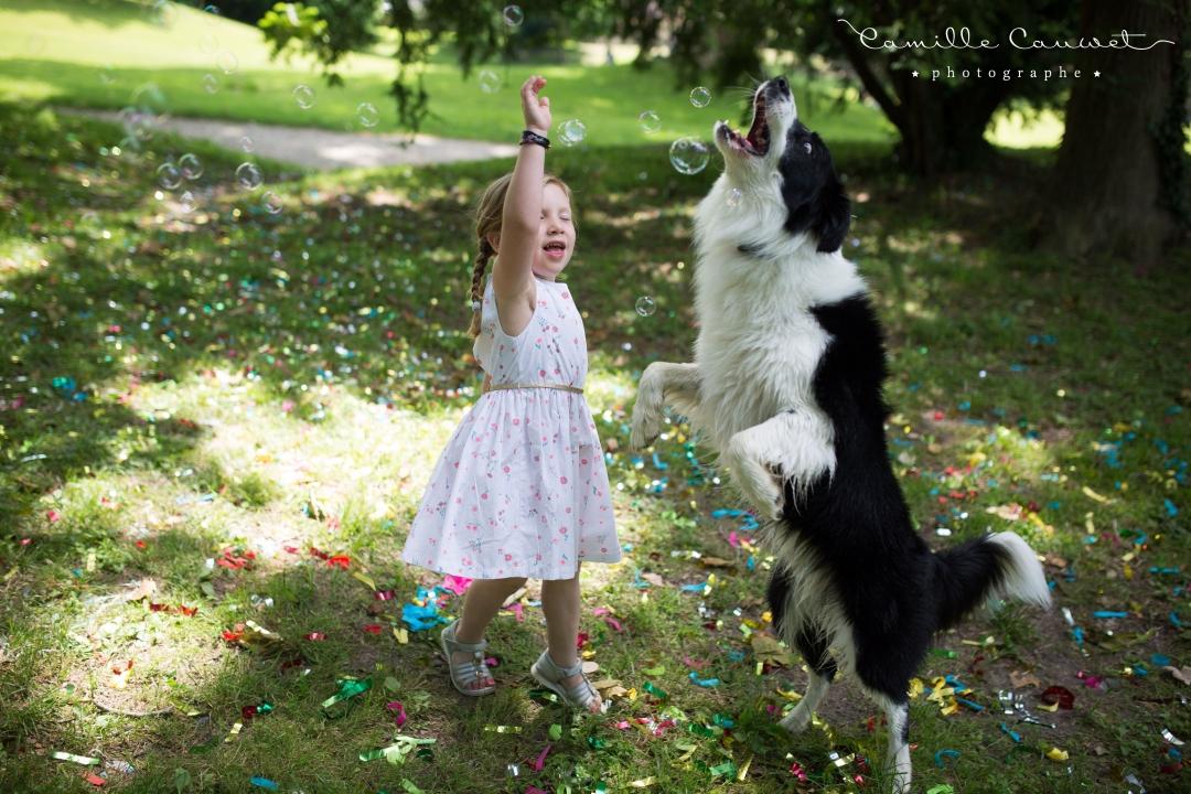 petite fille et chien au parc