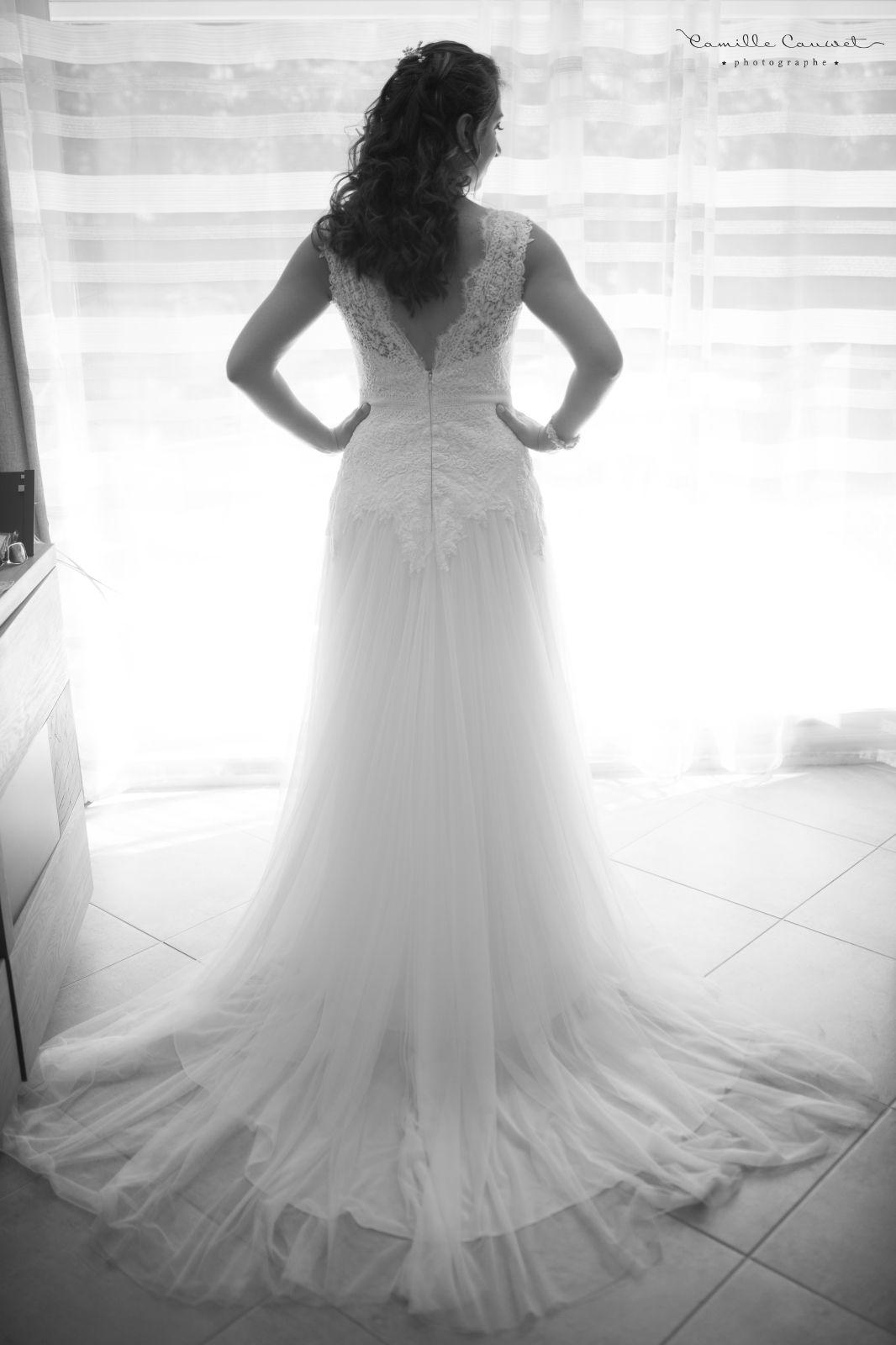 préparatifs de la mariée avec sa robe