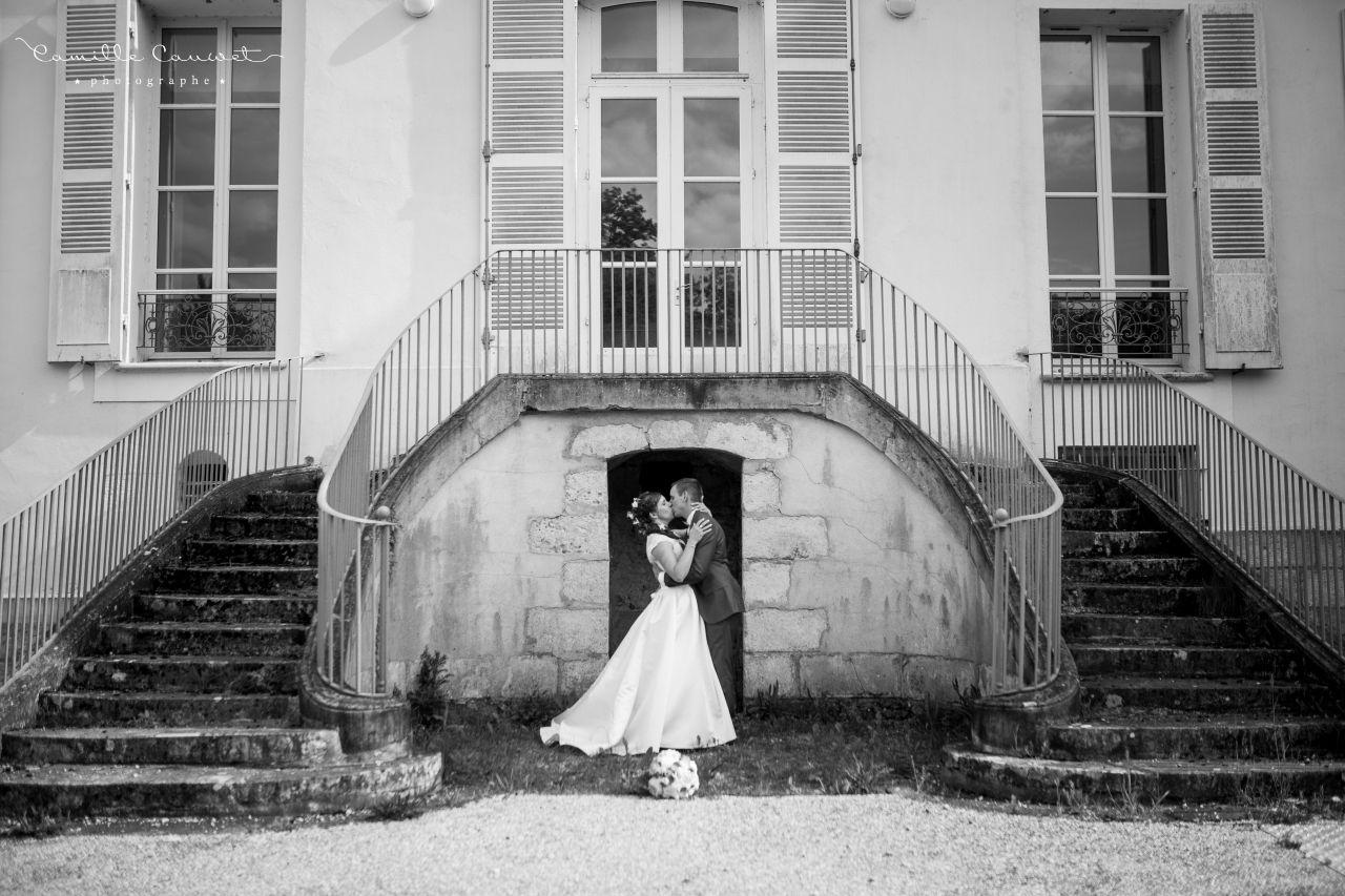 coupla mariés devant château