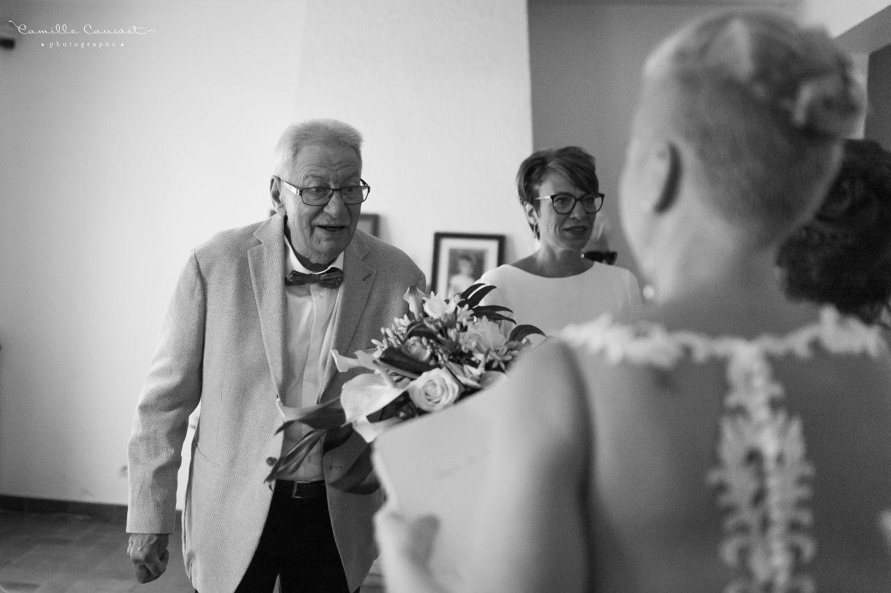 père découvrant sa fille en robe de mariée