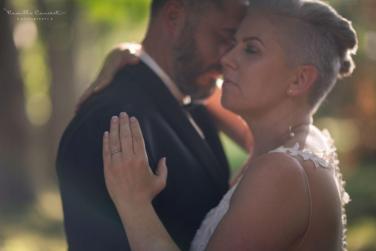 couple mariés coucher du soleil