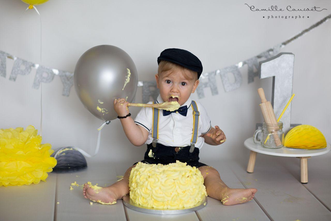 enfant mange gateau anniversaire