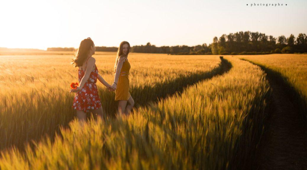 photo de jeunes filles dans champs de blé au coucher du soleil