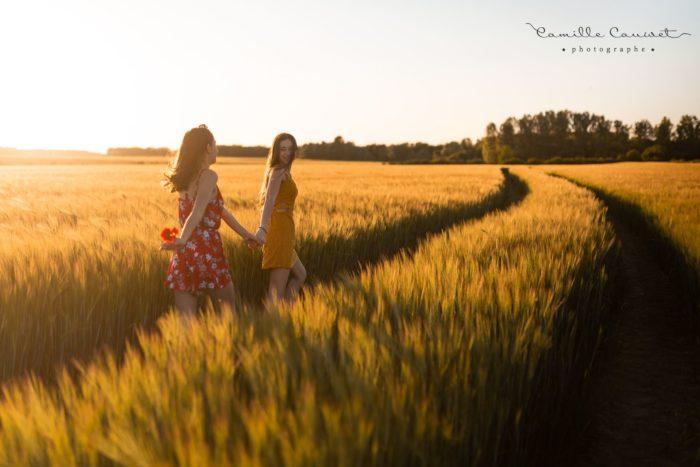 jeunes filles dans les champs de blé au coucher du soleil 77