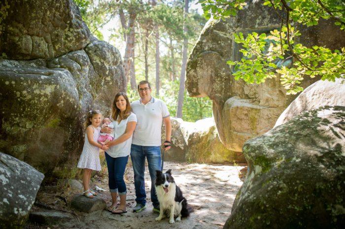 photo de famille avec chien en foret de barbizon 77