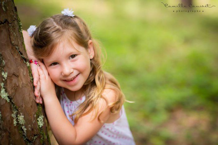 portrait enfant contre arbre en foret 77